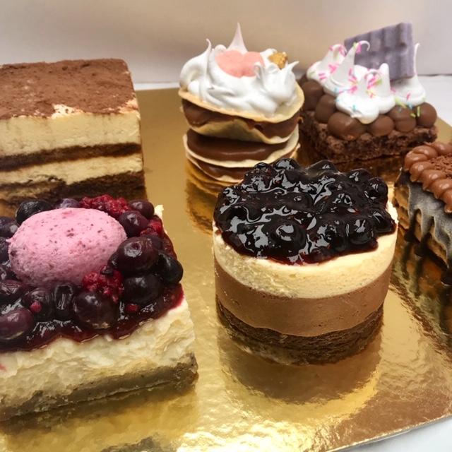 Caja con 6 porciones de tortas